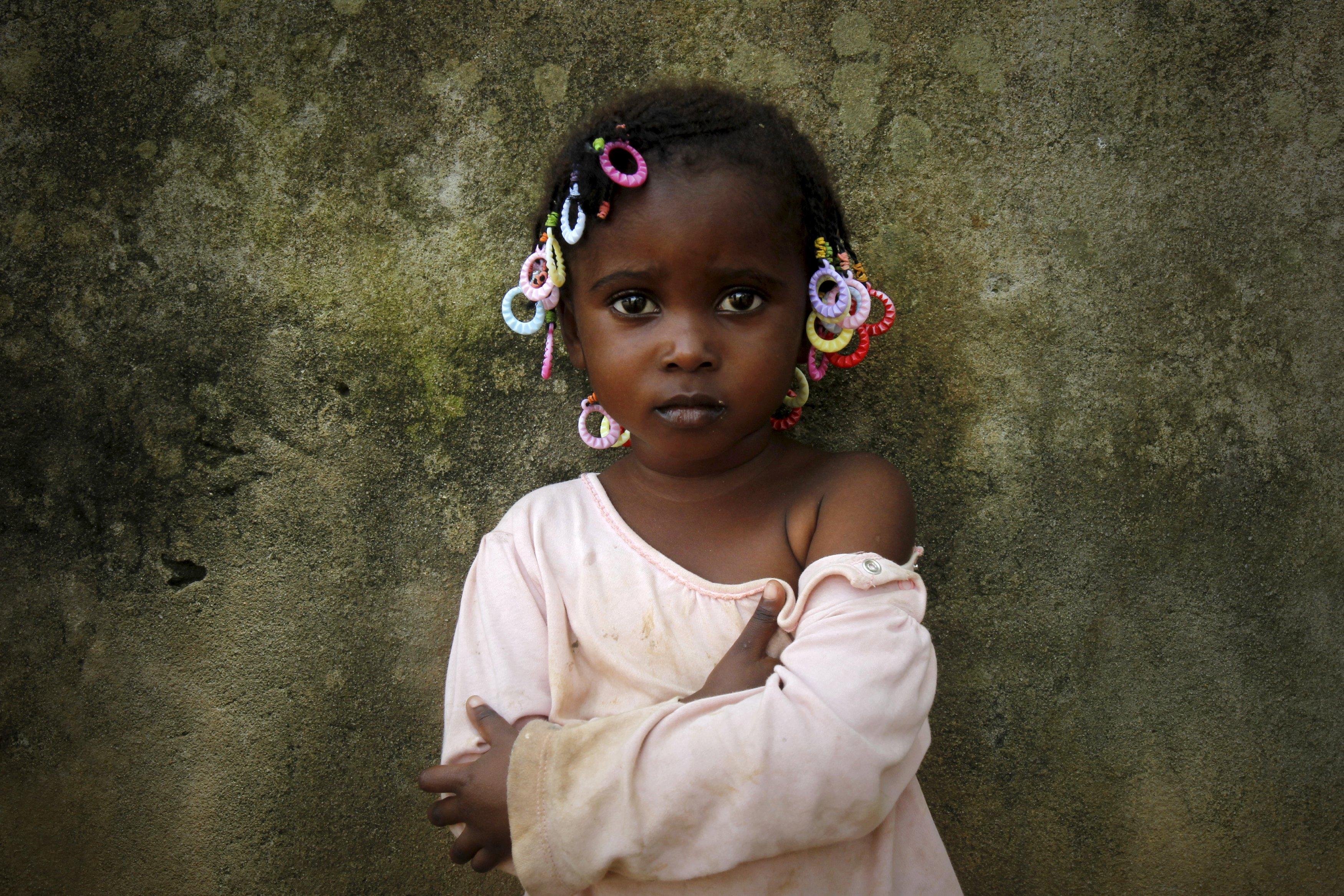 Abiba, 3, berpose untuk difoto sehari menjelang Hari Internasional Anak Afrika di Abidjan, Pantai Gading, Senin (15/6). ANTARA FOTO/REUTERS/Luc Gnago.