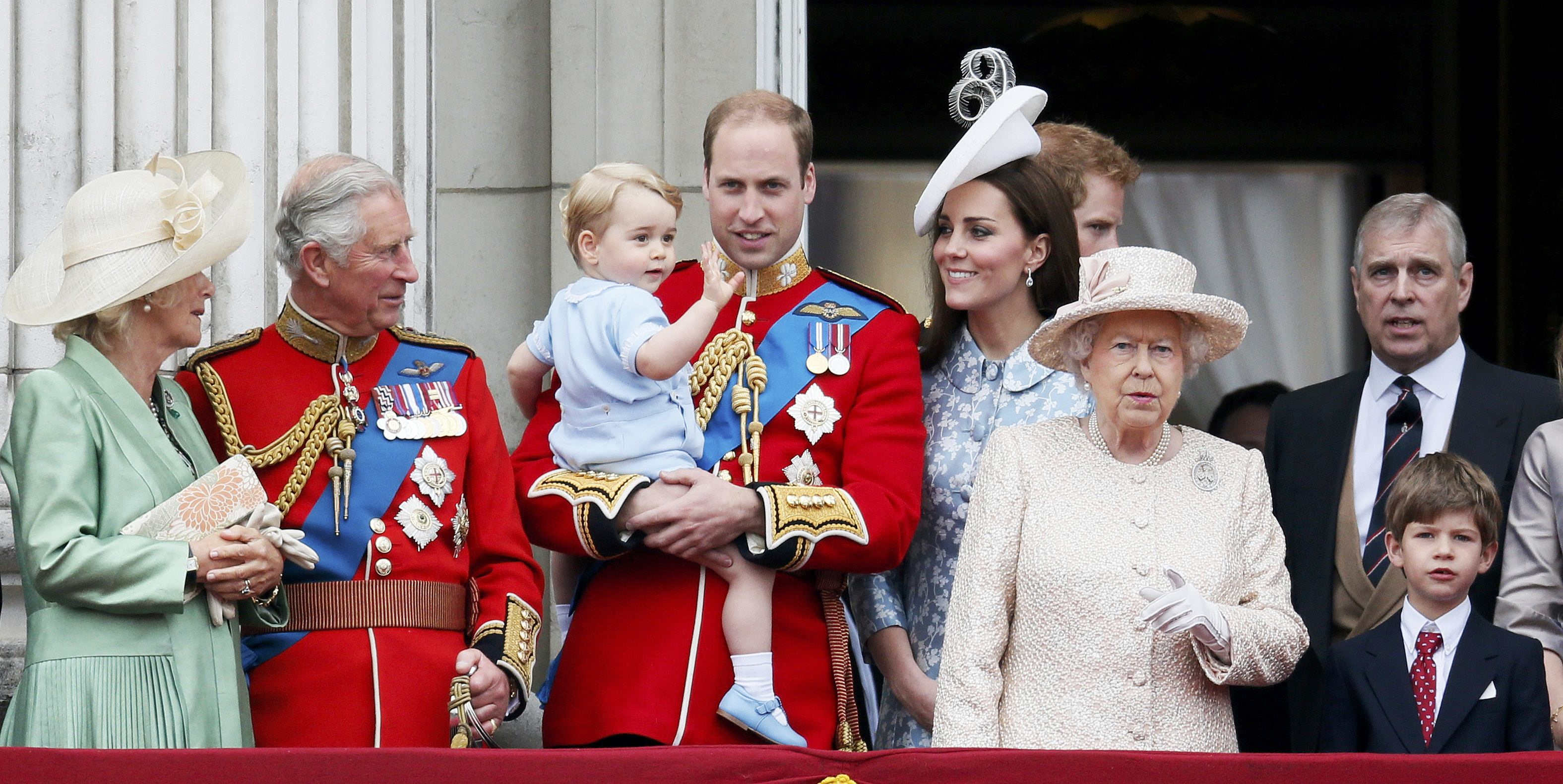 Ratu Inggris Elizabeth (ketiga kanan) bersama Pangeran Charles (kedua kiri), Duchess of Cornwall Camilla (kiri), Pangeran William (keempat kiri), Pangeran George (ketiga kiri), Duchess of Cambridge Catherine (kelima kiri), dan Pangeran Andrew berdiri di atas balkon Istana Buckingham setelah menghadiri upacara Trooping the colour di Lapangan Parade Pasukan Berkuda di London, Inggris, Sabtu (13/6). Trooping the Colour merupakan upacara untuk memperingati hari ulang tahun Ratu Elizabeth. ANTARA FOTO/REUTERS/Stefan Wermuth.