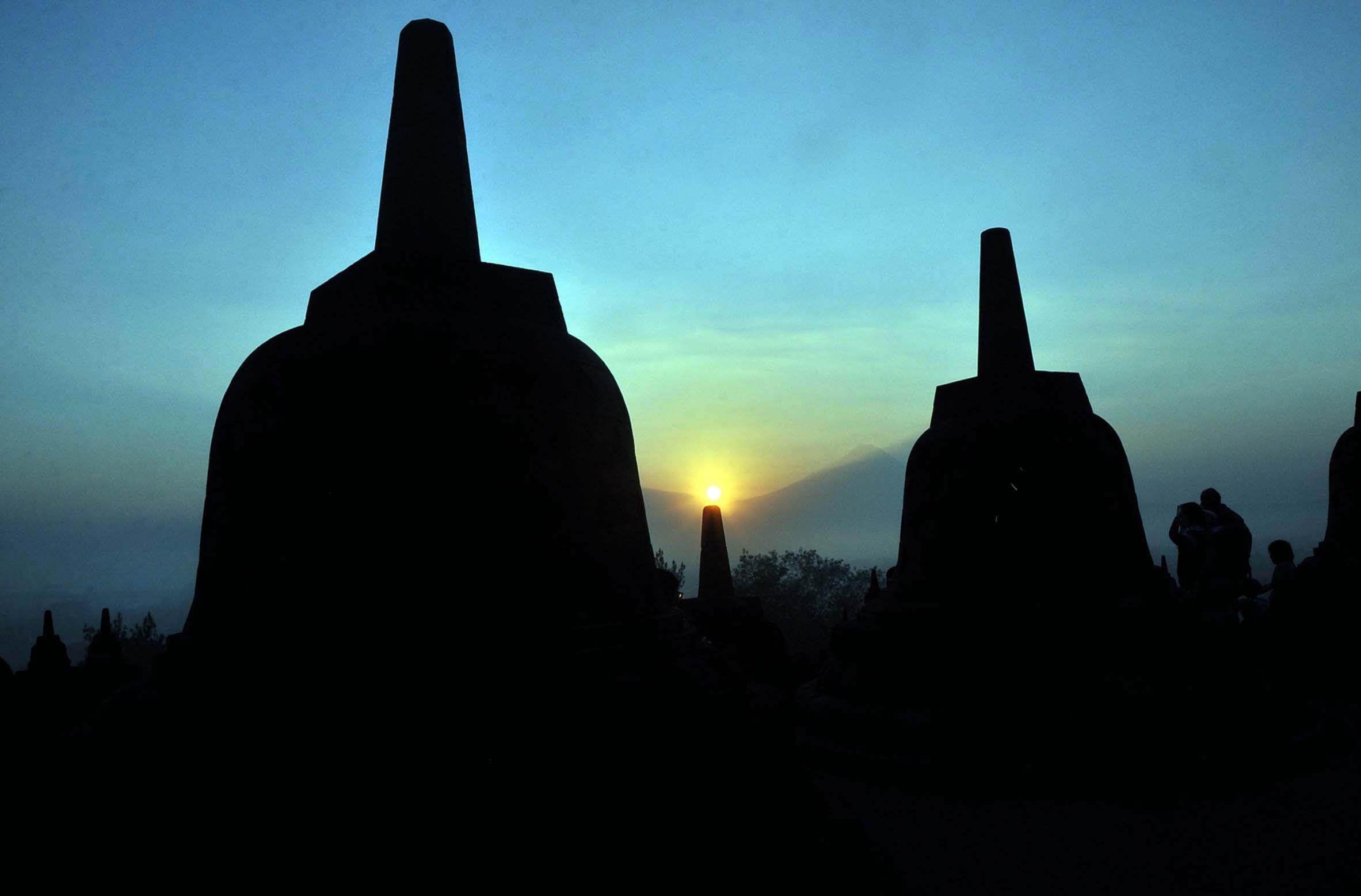 Wisatawan menyaksikan matahari terbit dari Candi Borobudur Magelang, Jateng, Rabu (1/7). Wisata alam menyaksikan matahari terbit dari candi Borobudur menjadi salah satu tujuan favorit wisatawan dengan harga tiket Rp250.000 untuk wisatawan lokal dan Rp380.000 untuk wisatawan mancanegara. ANTARA FOTO/Anis Efizudin.